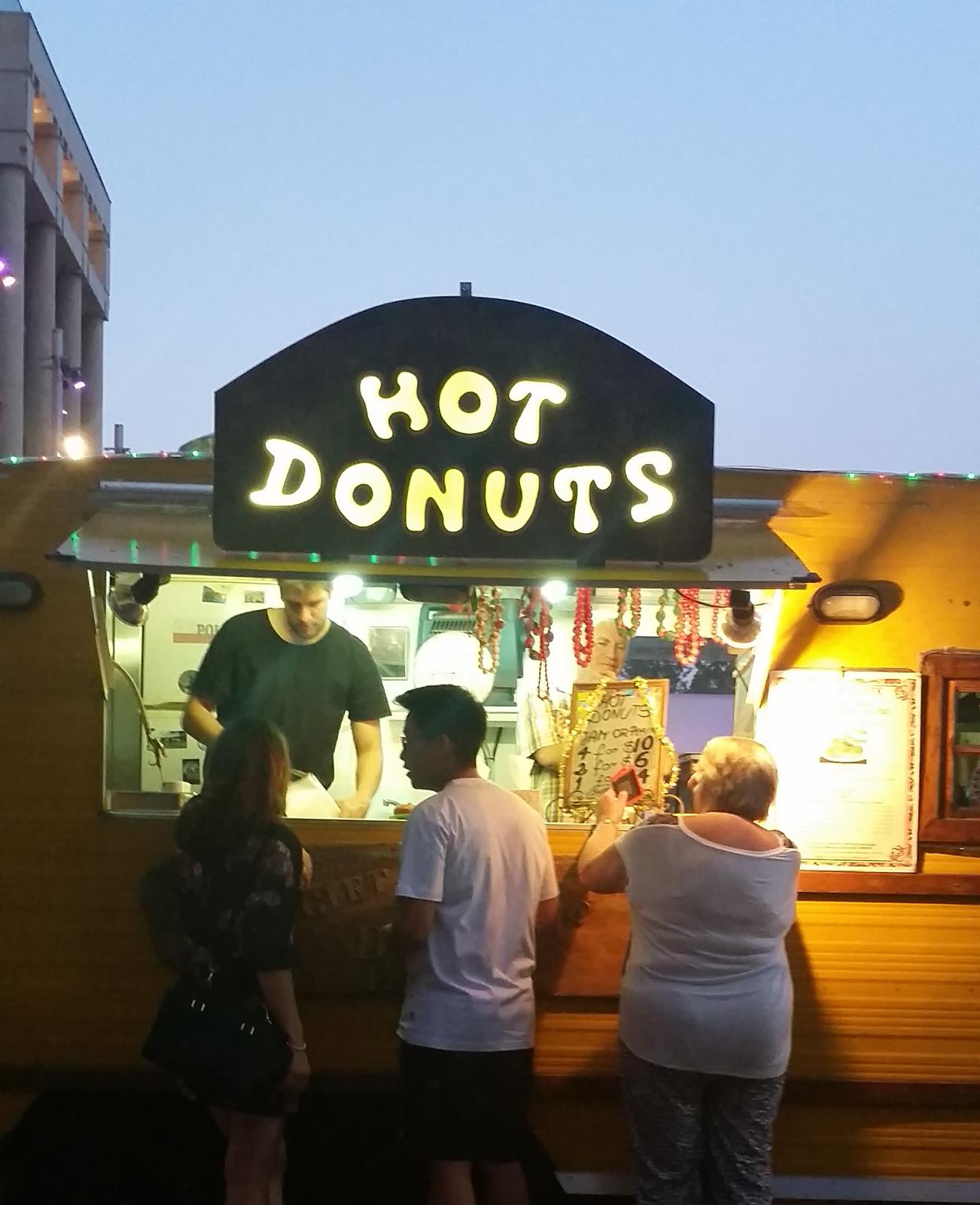 Hot Donuts sign