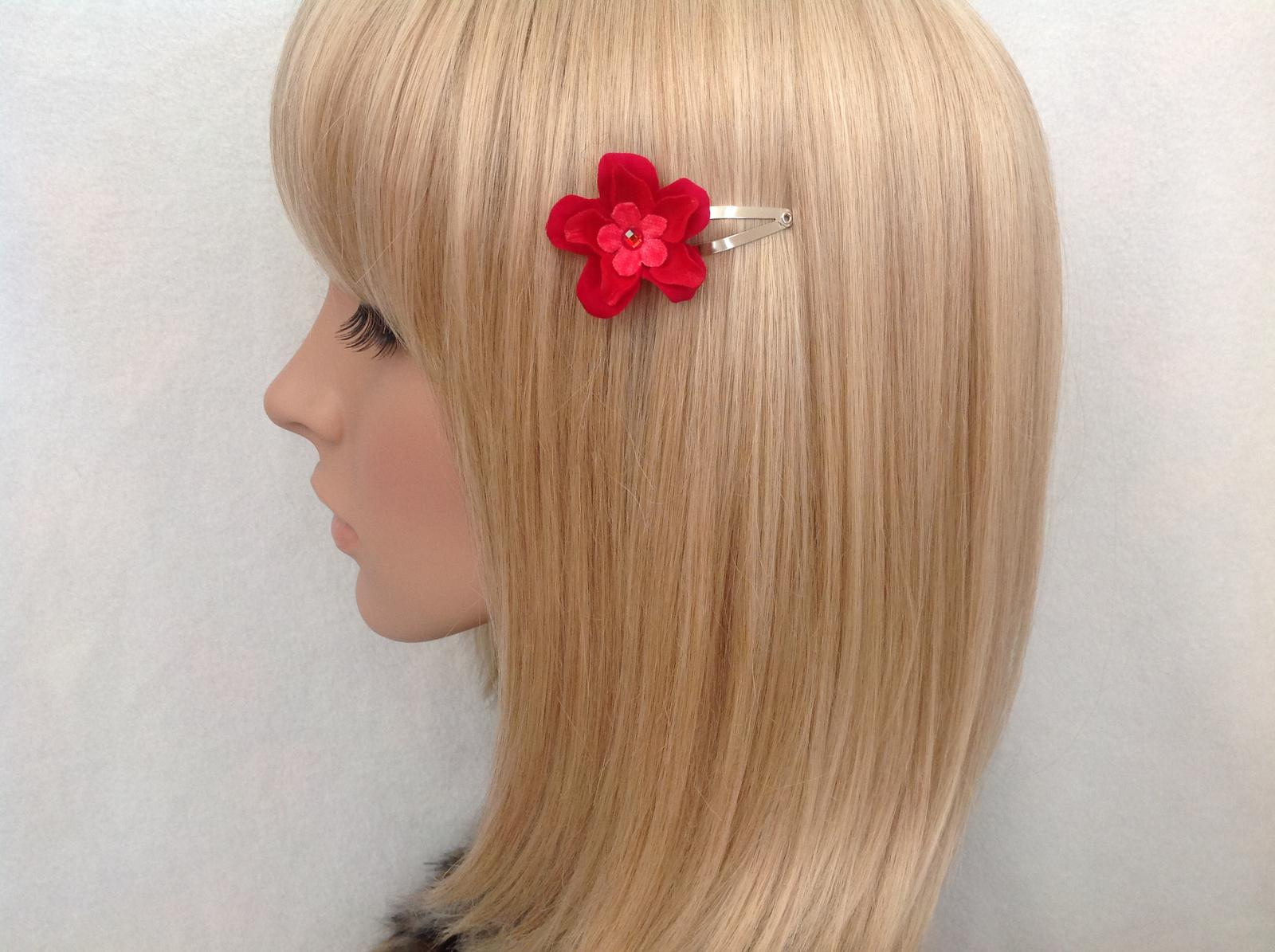 Red flower snap clip
