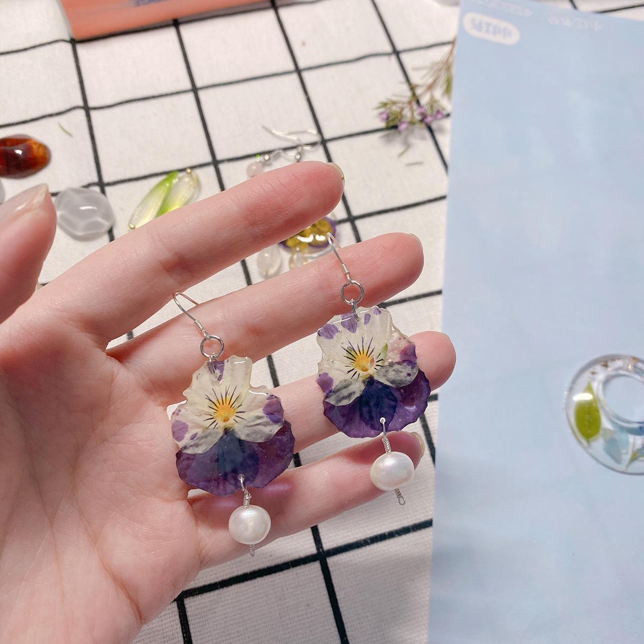 Pensy flower in resin