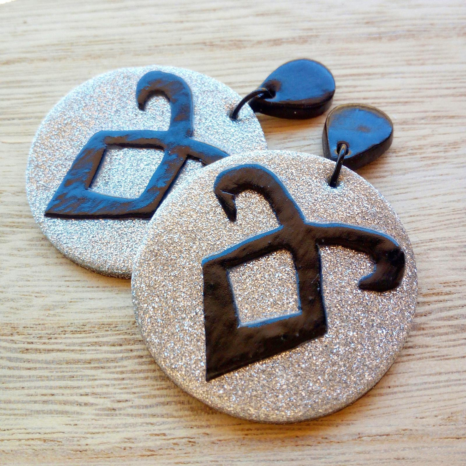 Hunter rune earrings